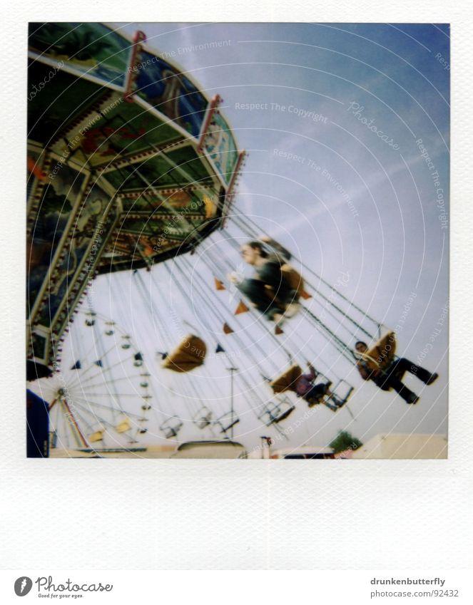 durch die lüfte fliegen Mensch Himmel blau Polaroid grau Jahrmarkt drehen Dynamik Schwung Bildausschnitt Anschnitt rotieren kreisen Schwindelgefühl schwungvoll Kettenkarussell