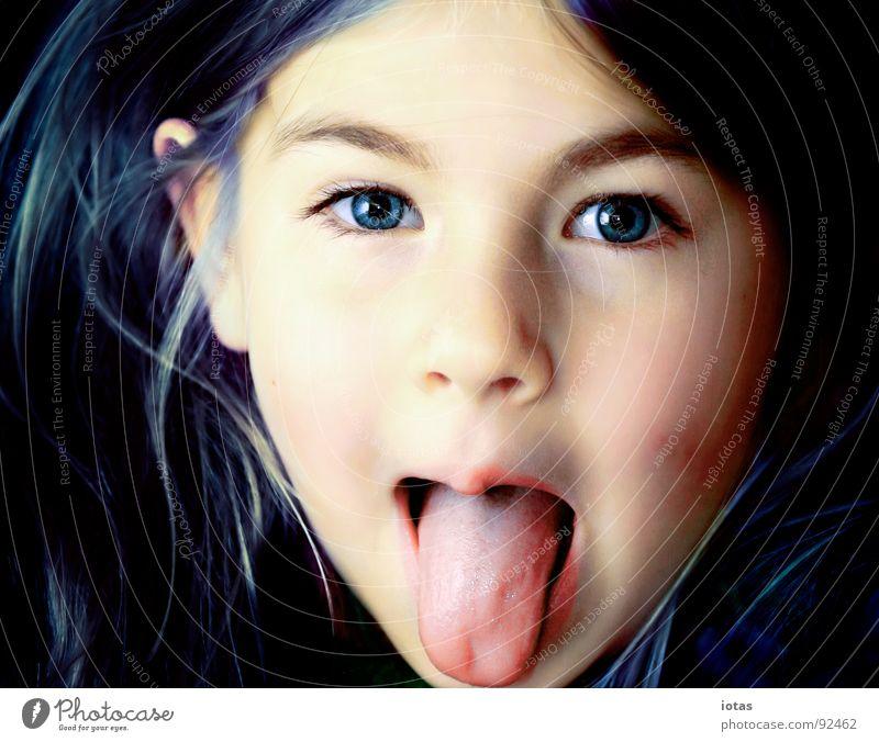 luise III Kind Mädchen schön Freude Gesicht Haare & Frisuren Mund klein böse Zunge frech laut Milchzähne