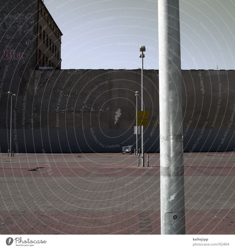 platz des himmlischen friedens Himmel ruhig Wand Berlin Beleuchtung Platz leer Schriftzeichen trist Häusliches Leben Laterne Typographie Verkehrswege parken