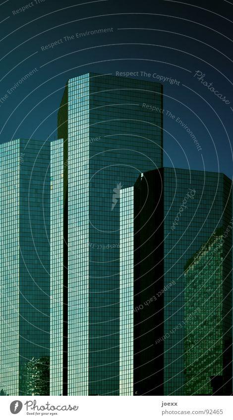 größerhöherschnellerweiter anonym Arbeit & Erwerbstätigkeit Arbeitsplatz Außenaufnahme Bankgebäude Beton Block Bürogebäude blau eng Fassade Fenster