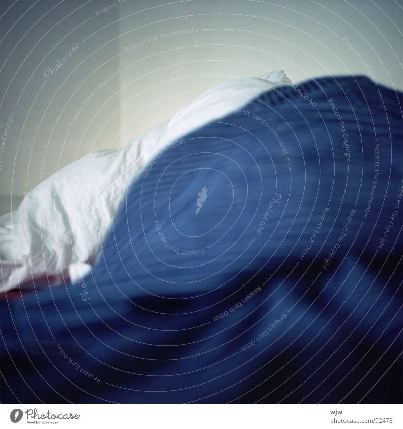 ausgeschlafen oder Eisberg Bett gebraucht wach Bettdecke weiß kalt weich Falte Stoff Textilien Verlauf aufstehen ästhetisch Tiefenschärfe Schlafzimmer