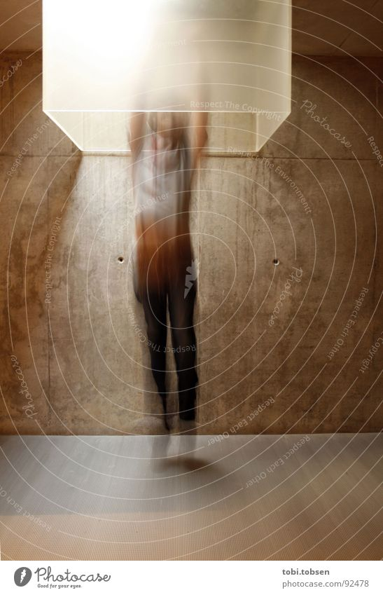 : pablos erste himmelfahrt ::: Hölle Licht Oberlicht Beton Wand Mann Bewegungsunschärfe Erkenntnis gehorsam böse schwarz grau springen Kiste fahren