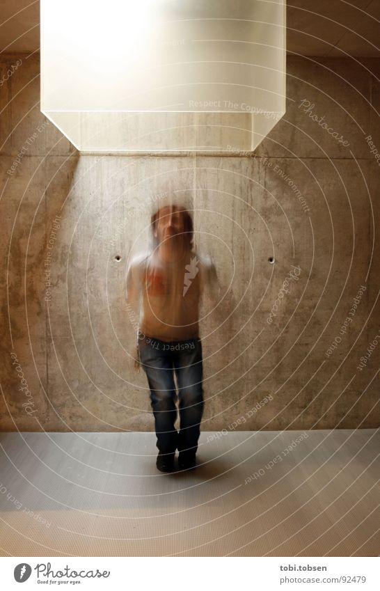: pablos erste himmelfahrt :: Hölle Licht Oberlicht Beton Wand Mann Bewegungsunschärfe Erkenntnis gehorsam böse schwarz grau springen Kiste fahren