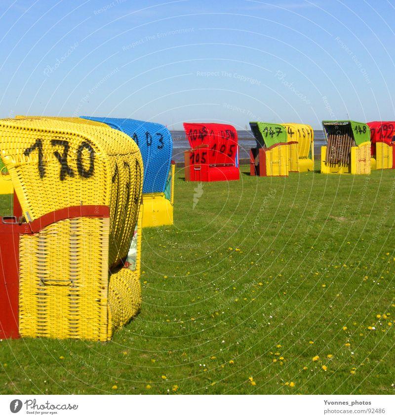 Urlaubs-Impression Strand Strandkorb Meer Wiese Ebbe gelb rot grau grün mehrfarbig Ferien & Urlaub & Reisen Erholung See Blume Gras Küste Zufriedenheit