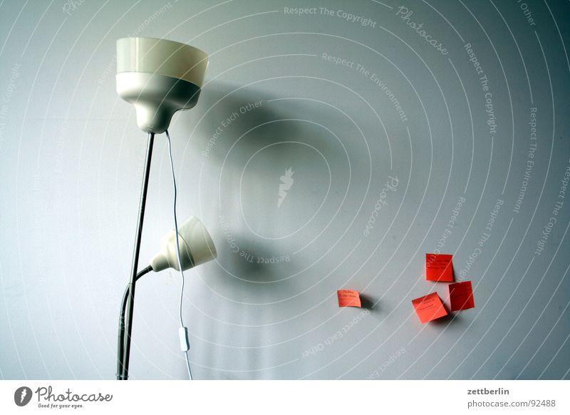 Lampe und Zettel Wand Raum Wohngemeinschaft Papier Schwarzes Brett Stehlampe Licht Detailaufnahme bürogemeinschaft haftnotiz Beleuchtung