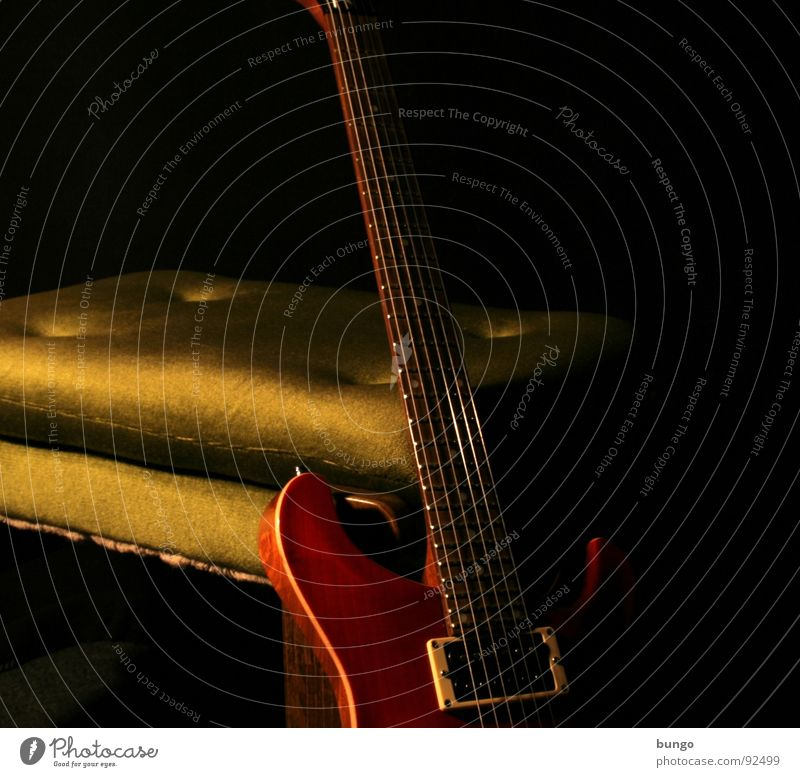 Nimm Platz... und spiel uns was. ruhig dunkel Spielen Musik Holz sitzen Pause Stuhl Gitarre Kreativität sanft Tonabnehmer Klang Musiknoten Sessel Musikinstrument