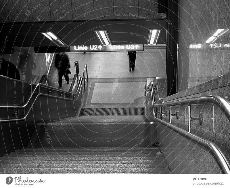 U-Bahn Abgang Rolltreppe Verkehr Architektur Unterführung Treppe Schwarzweißfoto