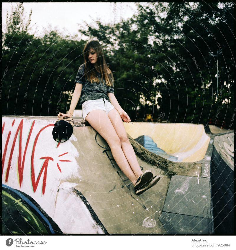 ing Stil Inline Skating Skateplatz Junge Frau Jugendliche Beine 18-30 Jahre Erwachsene Baum Mauer Wand Hotpants Mütze Chucks brünett langhaarig Graffiti sitzen