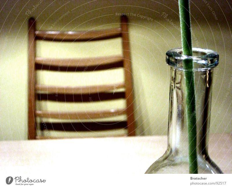 Abschied II Blume Tisch Holz leer Sehnsucht negativ Trauer vermissen Verzweiflung Vergänglichkeit Möbel Stuhl Flasche warten Ungeduld Glas Gefühle Traurigkeit