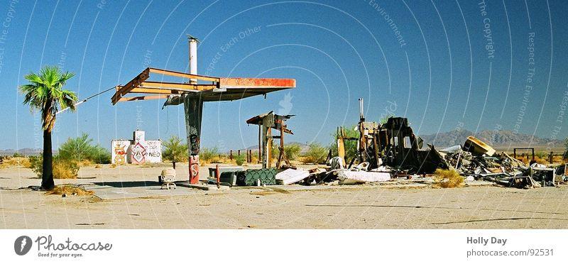 Nie wieder Benzin... Himmel Traurigkeit Trauer USA Ende Wüste verfallen Station Palme Ruine Insolvenz Dürre Tankstelle Sprit Rohstoffe & Kraftstoffe