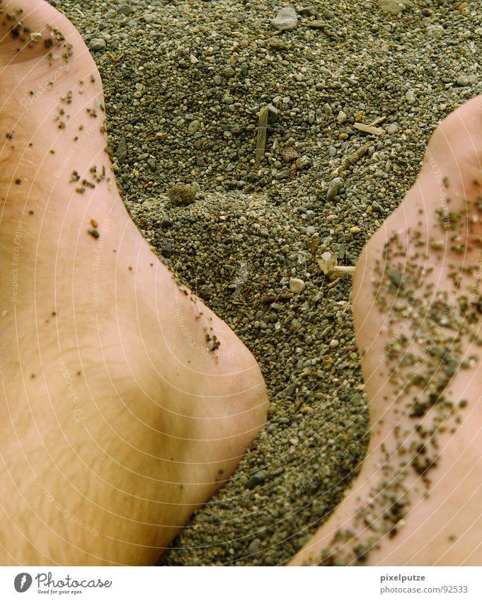 steinkanal Mann Sommer Strand Erholung Wärme Küste Sand Fuß Haut weich Schönes Wetter Italien Physik Sonnenbad gemütlich Kies