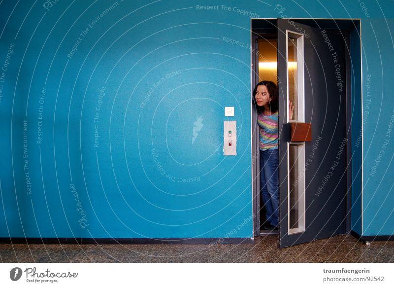 in geheimer mission... Mädchen Wand Tür Jeanshose Häusliches Leben Neugier Etage türkis Fahrstuhl Kind kommen Nachbar aufmachen zwischen Türspalt