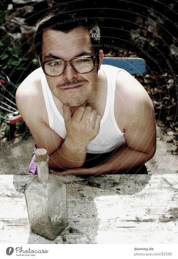Servus und Aufwiedersehen... Mensch Mann lustig Brille Körperhaltung trinken Bart dumm Flasche Alkoholisiert Alkohol Witz hässlich Dummkopf Oberlippenbart Brillenträger