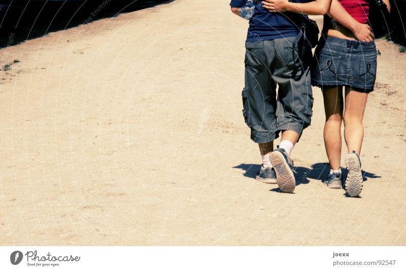 Gleichschritt ins Glück Außenaufnahme blau Frau Freude Freundschaft Fröhlichkeit Fußsohle gehen Zusammensein Hand Physik Hose Hüfte Jeansrock Jugendliche