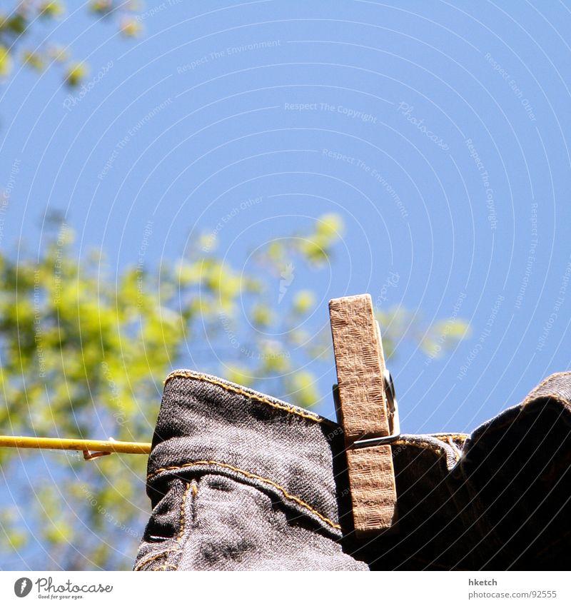 Jeans On Wäsche Wäscheleine Wäscheklammern Strukturen & Formen trocknen Hinterhof Frühling Sommer gewaschen Haushalt Bekleidung Jeanshose Bauernhof