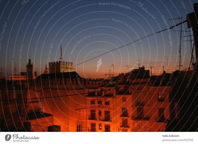 Rotlichtviertel Himmel Sonne blau Sommer Wolken Stimmung orange frei Dach Turm violett Spanien Verkehrswege Straßenbeleuchtung Antenne Valencia