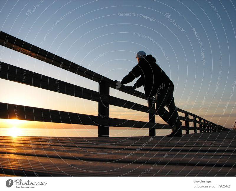 worauf wartest du denn? blenden i Steg Holz Sandkasten Spielplatz Spielen stehen gehen Sportplatz Sandburg umsonst Farbverlauf schwarz Horizont Bekleidung