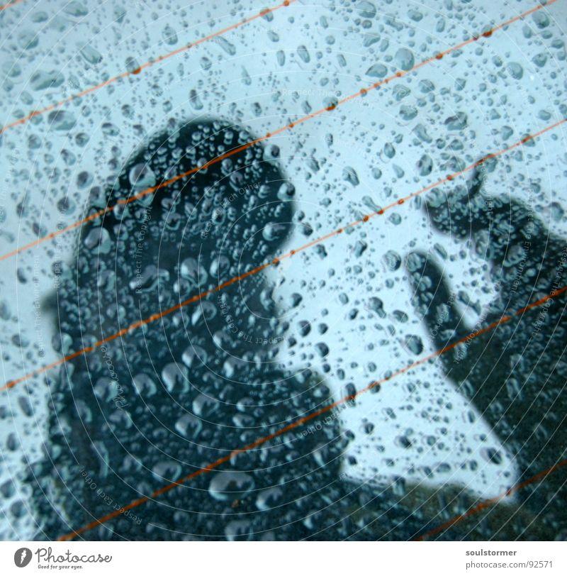 nasses Selbstportrait Wasser Hand Kopf PKW Regen Glas Autofenster Wassertropfen verrückt Spiegel Mütze feucht Zigarette Neigung Heizkörper