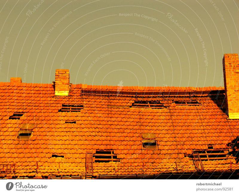 Feierabendziegel Dach Haus Schornstein fehlen Dachziegel horizontal grau rot gelb Dachdecker kaputt runtergefallen entwenden Loch Ferne Gebäude Demontage Licht