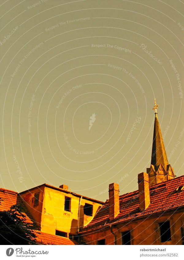 verdeckte Kirche ... Dach Haus Schornstein Dachziegel grau rot gelb kaputt runtergefallen Loch Gebäude Dachfenster Unterkunft Baustelle Luke Dachgaube Mansarde