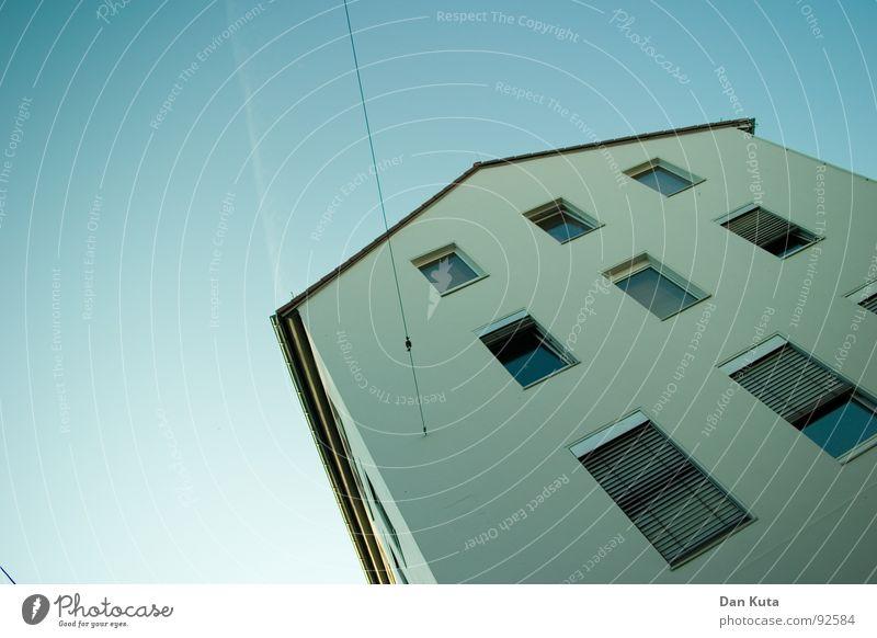 Am seidenen Faden Haus Gebäude Fenster Aussicht Blick Geometrie Dach Länge quer Stahl Mauer Wand niedlich Putz eingelassen Ausgelassenheit flau weich beweglich