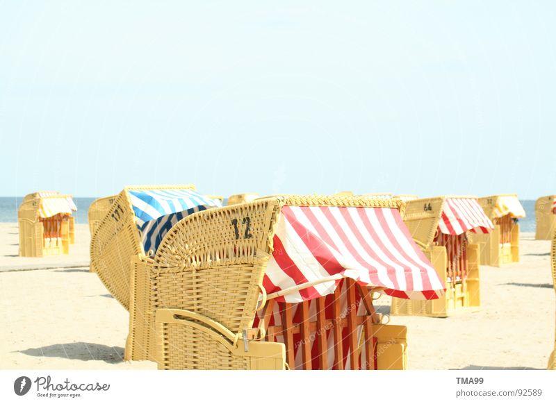 Sand unter den Füßen! Strand Strandkorb gestreift Ferien & Urlaub & Reisen Meer genießen Schönes Wetter Klarer Himmel Küste blau Sonne Ostsee Nordsee fun