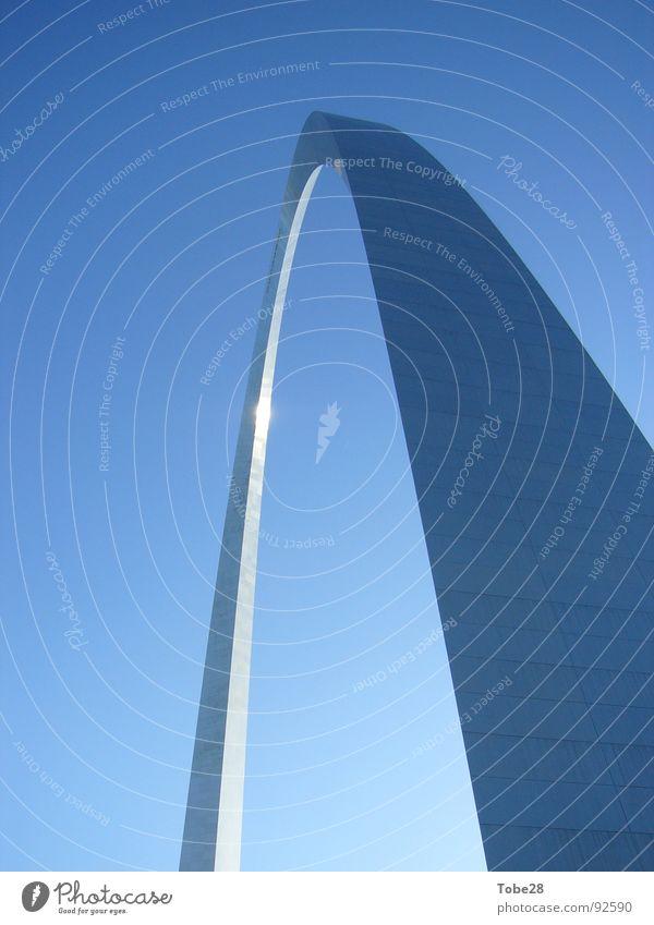 The Arch Stahl Wahrzeichen Denkmal USA Himmel Architektur St. Louis Bogen Vor hellem Hintergrund Freisteller Anschnitt Detailaufnahme Sehenswürdigkeit
