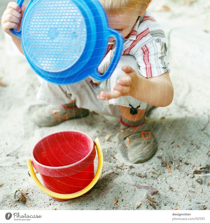 Sandparadies 1 Kind Sandkasten Sandspielzeug Spielzeug Spielen Eimer Sieb rot Bauherr Junge blau bauen child boy sandbox Lautsprecher playground plaything