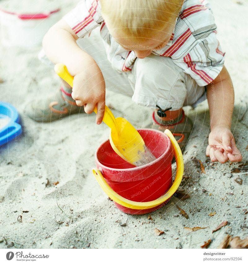 Sandparadies 2 Kind Sandkasten Sandspielzeug Spielzeug Spielen Eimer rot Bauherr Junge blau bauen child boy sandbox Lautsprecher playground plaything bucket