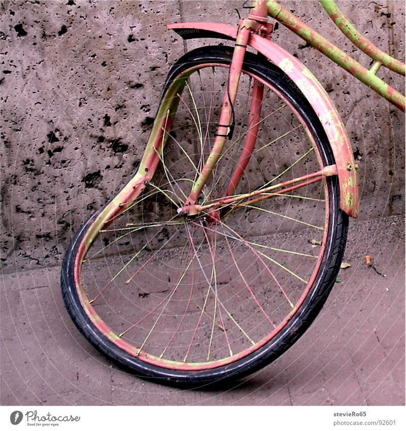 Fahrrad in Amsterdam Schrott rosa Detailaufnahme Verkehrswege Speichen alt zerbeult