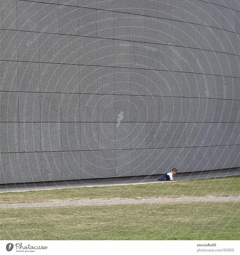 Kind vor dem Van Gogh Museum Beton Einsamkeit Wand Wiese Baby Kleinkind Verkehrswege