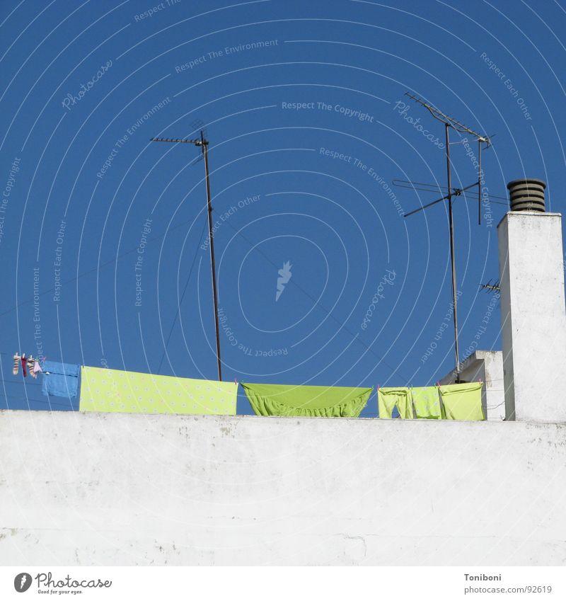 Spanische Wäsche blau grün weiß Mauer frisch Bekleidung Dach Sauberkeit Spanien Wolkenloser Himmel Wäsche waschen Schornstein trocknen Wäscheleine Antenne