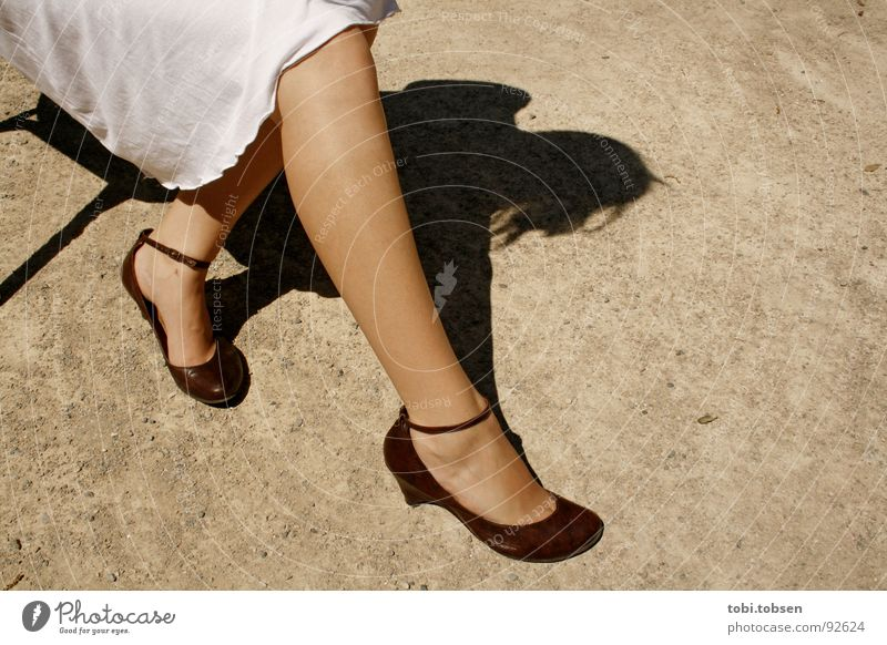 spanische versuchung Frau weiß schwarz Wärme Sand Beine braun Schuhe blond Haut Bodenbelag Bekleidung Romantik Stuhl Physik heiß
