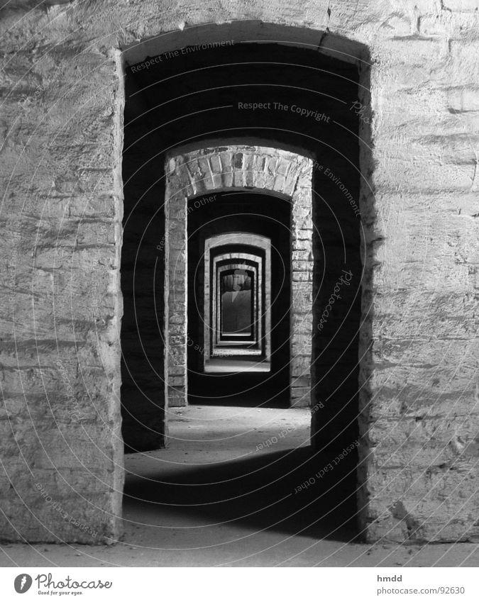 diesen Gang entlang, bitte! Durchgang Tunnel geradeaus Eingang hintereinander Flur Angst Panik Schwarzweißfoto Kontrast Tür an Tür Reihe