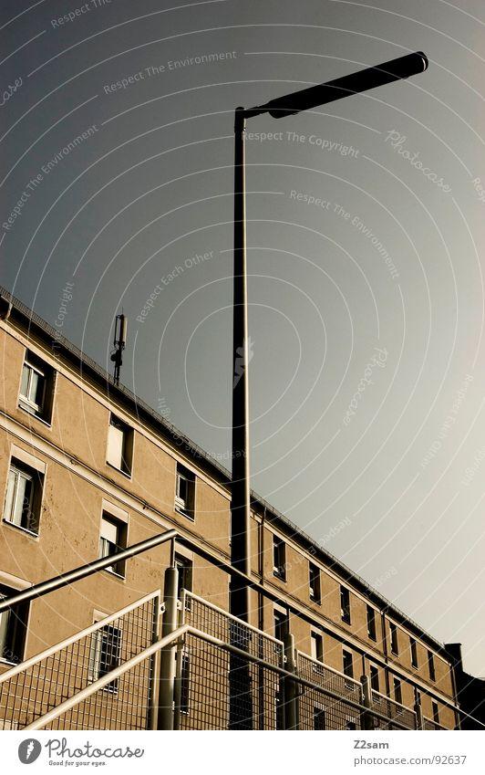 ----------->VOTEN!!!! Laterne Haus Wohnung Stadt stehen rechts Richtung Osten glänzend sehr wenige graphisch einfach Stil Geometrie Zusammensein modern Geländer
