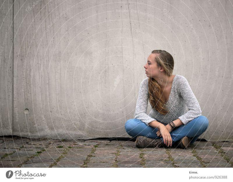 . feminin Junge Frau Jugendliche 1 Mensch Mauer Wand Wege & Pfade Pflastersteine Jeanshose Pullover blond langhaarig beobachten Blick sitzen warten schön Stadt