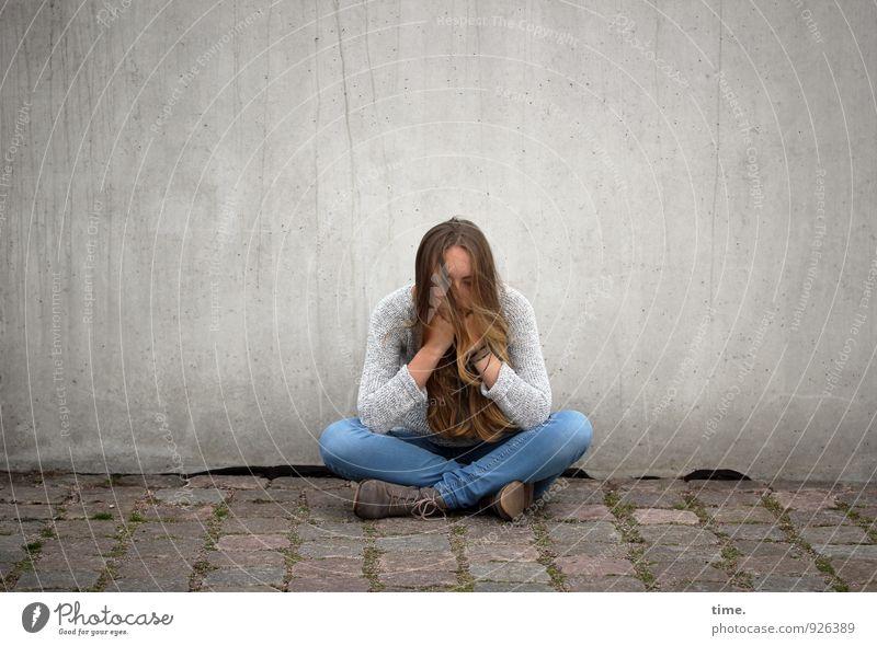 . feminin Junge Frau Jugendliche 1 Mensch Mauer Wand Wege & Pfade Pflastersteine Jeanshose Pullover blond langhaarig beobachten Blick sitzen träumen warten