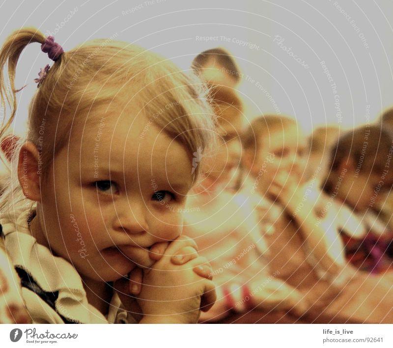 i_have_time_teil2 niedlich süß Schüchternheit Kind Zeit trist Nachkommen Wachsamkeit Langeweile Mensch kleines mädchen schnucki little girl Zöpfchen