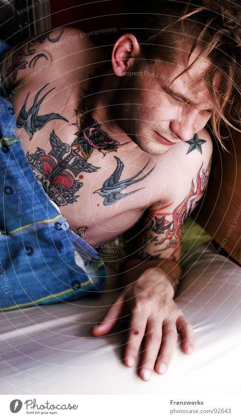 Traumkiste... Mann Bett Müdigkeit Tattoo Decke Typ Schwäche wach aufwachen aufstehen wecken Luftmatratze verschlafen verwuschelt Morgenmuffel