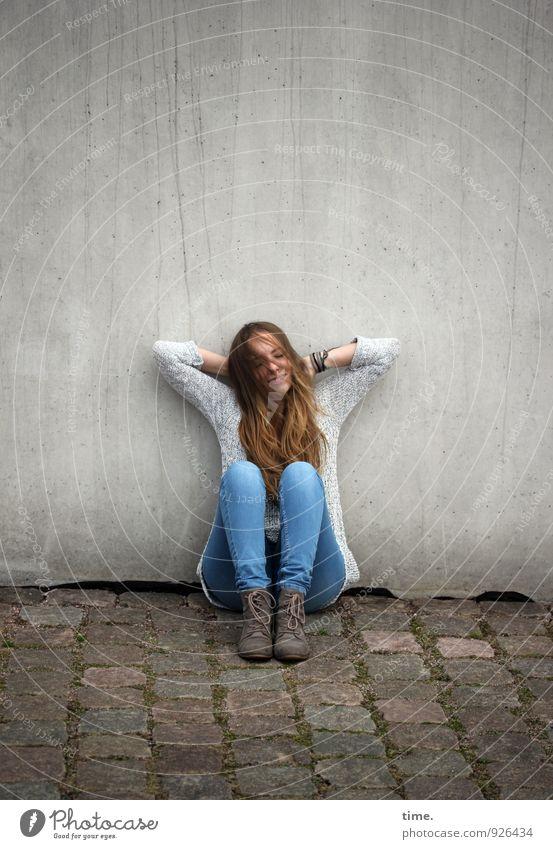 . Mensch Jugendliche schön Junge Frau Erholung ruhig Wand feminin Wege & Pfade Mauer Glück Zufriedenheit blond sitzen warten ästhetisch
