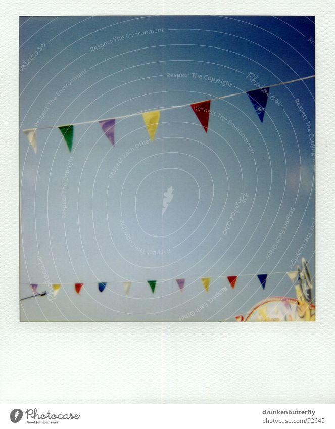 Fähnchen im Wind Fahne gelb grün Dach Jahrmarkt Wolken Sommer Spielen Himmel blau Wimpelkette Polaroid Nähgarn Seil