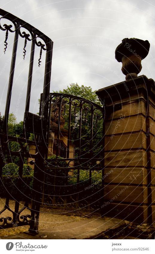 Pokaltor Baum dunkel Eingang Eisentor Erinnerung Friedhof Religion & Glaube Paradies Tod Mauer Park Tor Portal ruhig ruhen Grab Schmiedeeisen Schmiedekunst