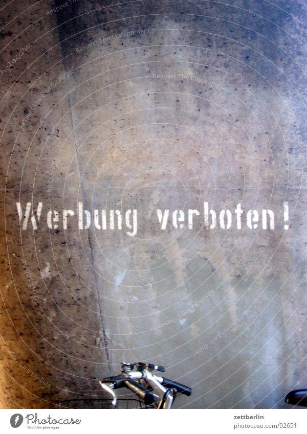 Werbung verboten Verbote auffordern Wunsch Typographie Schablonenschrift Aufschrift Beton Fahrrad Parkplatz Detailaufnahme Kommunizieren werbung verboten