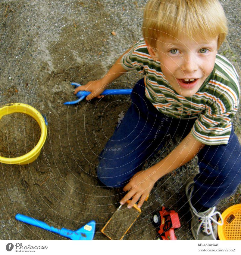 Sand spielen Junge Kind blond Gesichtsausdruck Gefühle Hand Finger T-Shirt gestreift Streifen Augenbraue Lippen Sommersprossen Denken klein unschuldig Kübel