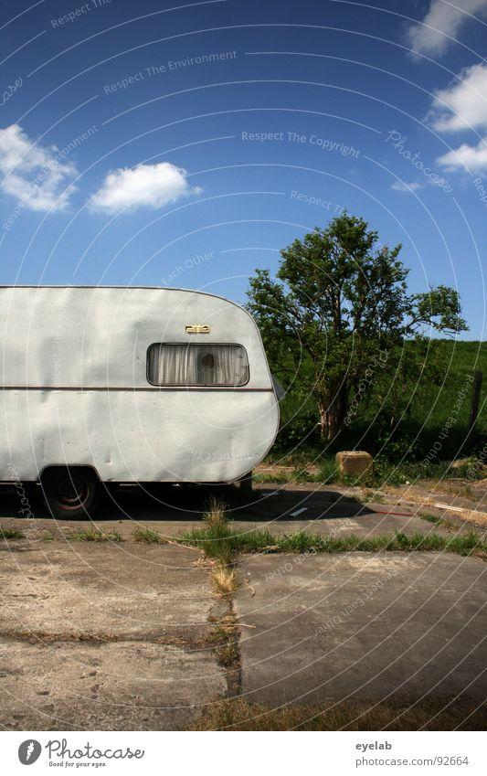 <- Rollschuh (90000) notleidend Wohnwagen Fenster Zirkus Ferien & Urlaub & Reisen Blech Gardine Wand rot trist Ödland Gras unterwegs Spritztour schäbig