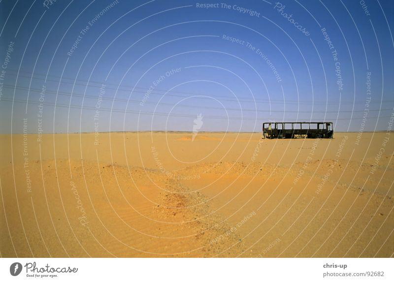 Bus in Wüste Einsamkeit Tod Wege & Pfade PKW Wärme Sand leer Energiewirtschaft Elektrizität gefährlich bedrohlich Afrika Physik verfallen