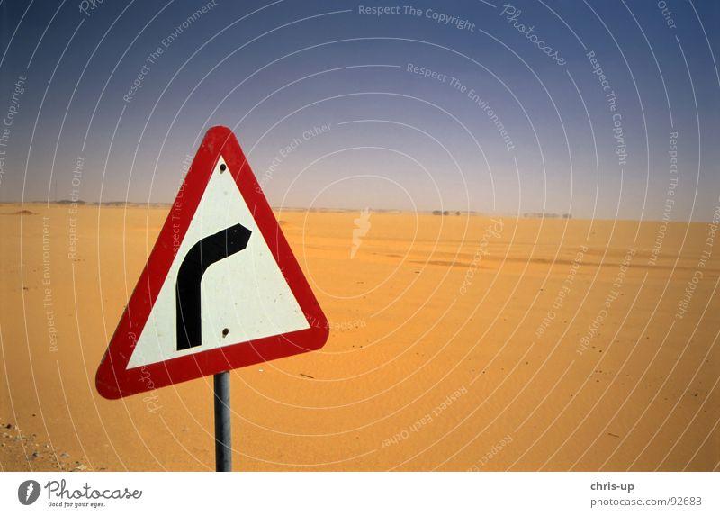 Rechtskurve in Wüste Schrott Schrottplatz Einsamkeit Abu Simbel Ägypten Assuan Ödland Physik Afrika Dürre Straßennamenschild Kurve gefährlich Navigation