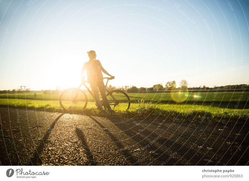 Der Weg ist das Ziel Mensch Frau Jugendliche Sommer Erholung Junge Frau Erwachsene Straße feminin Sport Freizeit & Hobby Feld Fahrrad stehen Ausflug