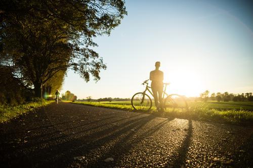 Mit Rad und Tat Lifestyle sportlich Fitness Freizeit & Hobby Ausflug Sommer Sonne Sport Sport-Training Fahrradfahren Junge Frau Jugendliche Erwachsene 1 Mensch