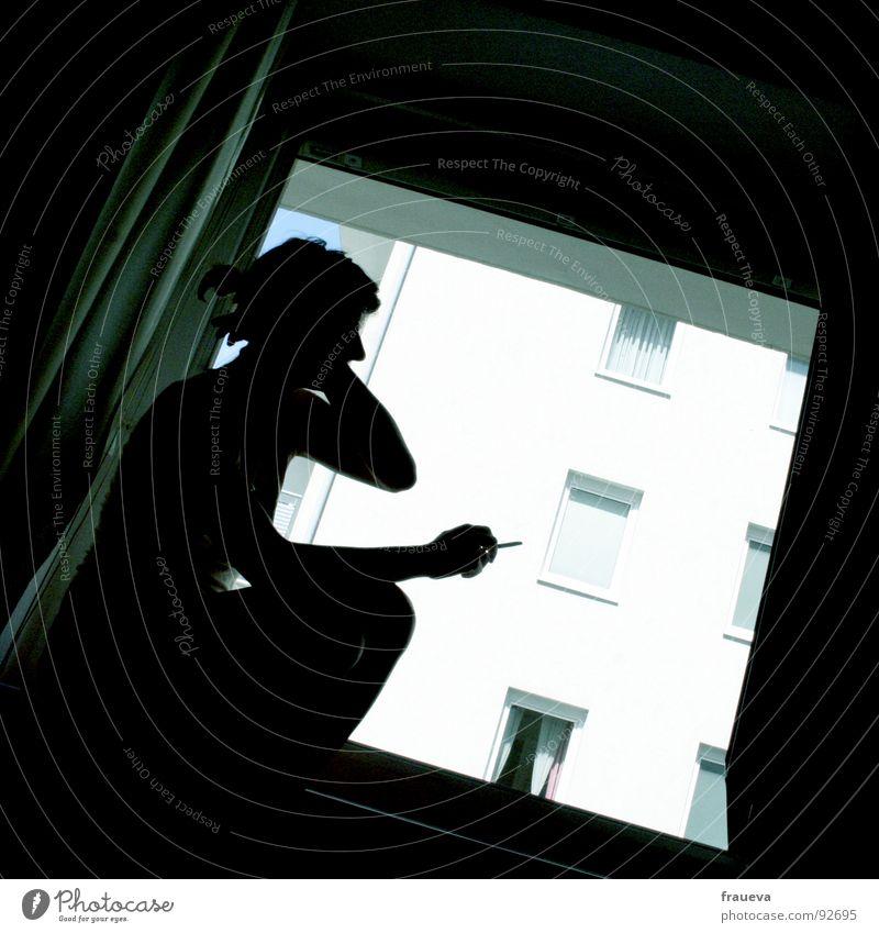windowsmoke Erholung Fenster Haus Wohnung Vorhang Frau feminin Sonntag Licht Innenaufnahme dunkel Denken Europa Langeweile Wohnzimmer female Mensch Rauchen